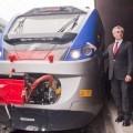 L'AD di FSI, Mauro Moretti, con il nuovo treno regionale - Foto Gabriele Nicastro