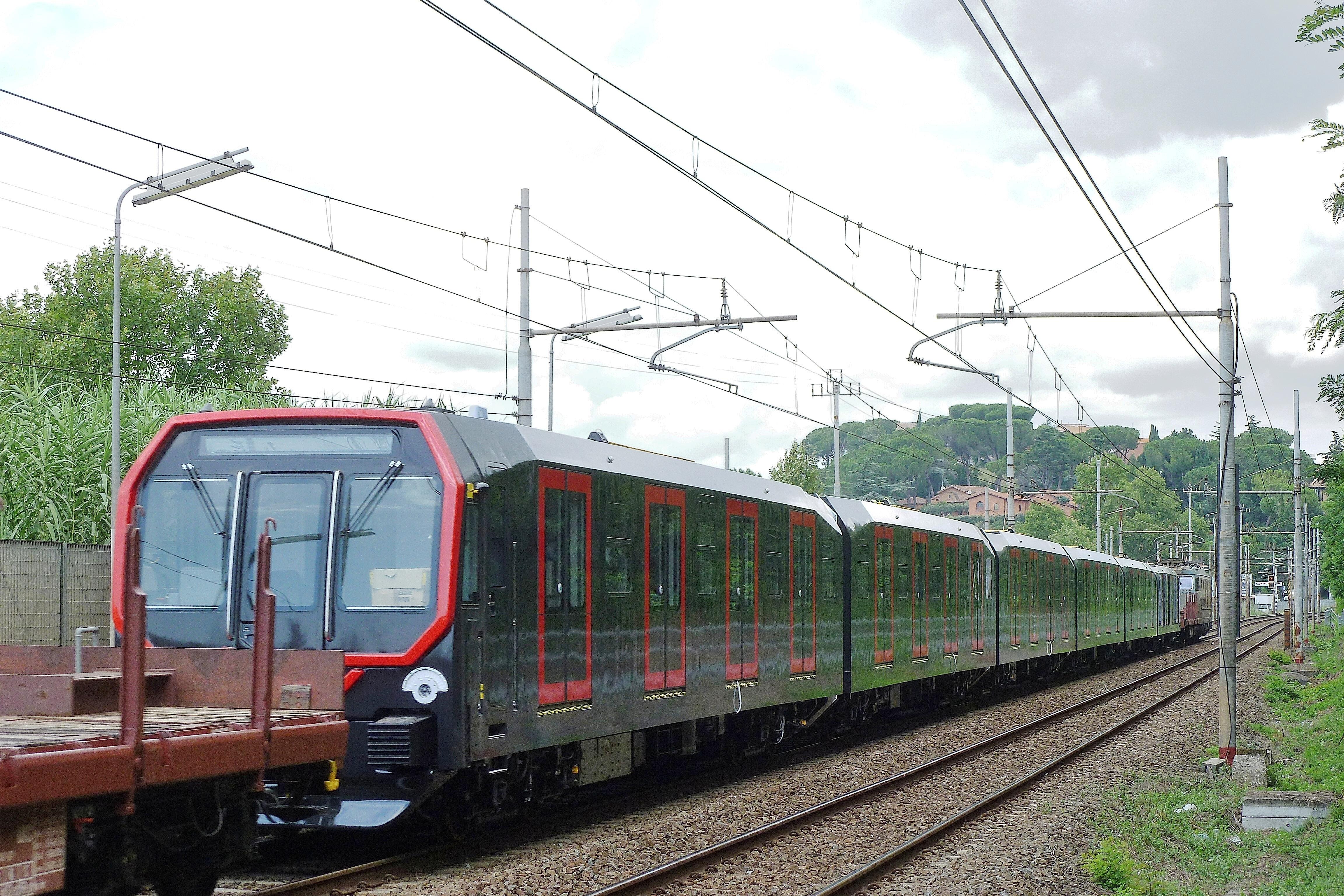 Il nuovo treno per la metropolitana milanesein transito a Roma - Foto Giuseppe Mondelli