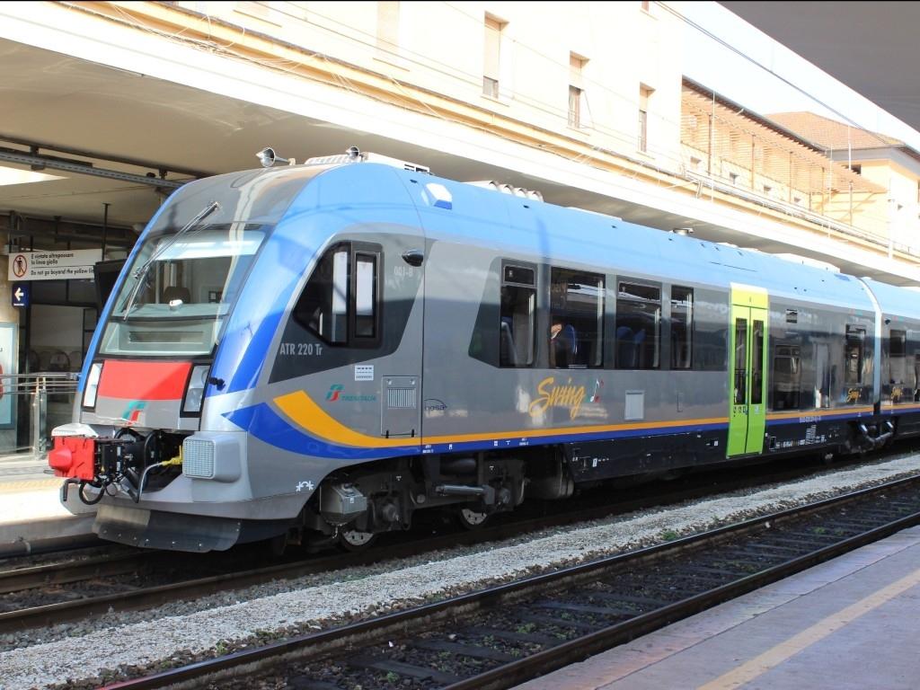 L'Atr220 Swing in servizio regolare sosta sui binari di Pisa - Foto Cristian Giovangiacomo