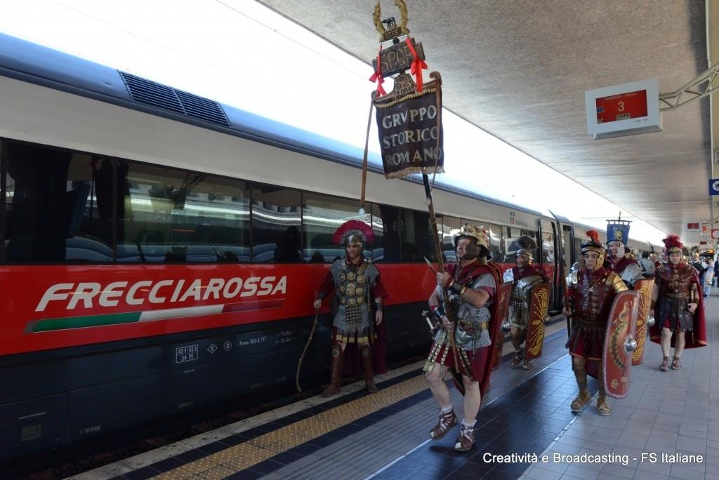 Il Gruppo Storico Romano con i costumi dell'antica Roma salgono sul FrecciaRossa per raggiungere Expo 2015 a Milano -  Foto Gruppo Ferrovie dello Stato Italiane