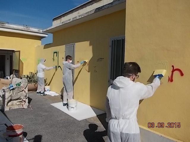 Un momento dei lavori di ripulitura della stazione da loro stessi imbrattata - Foto Gruppo FS Italiane