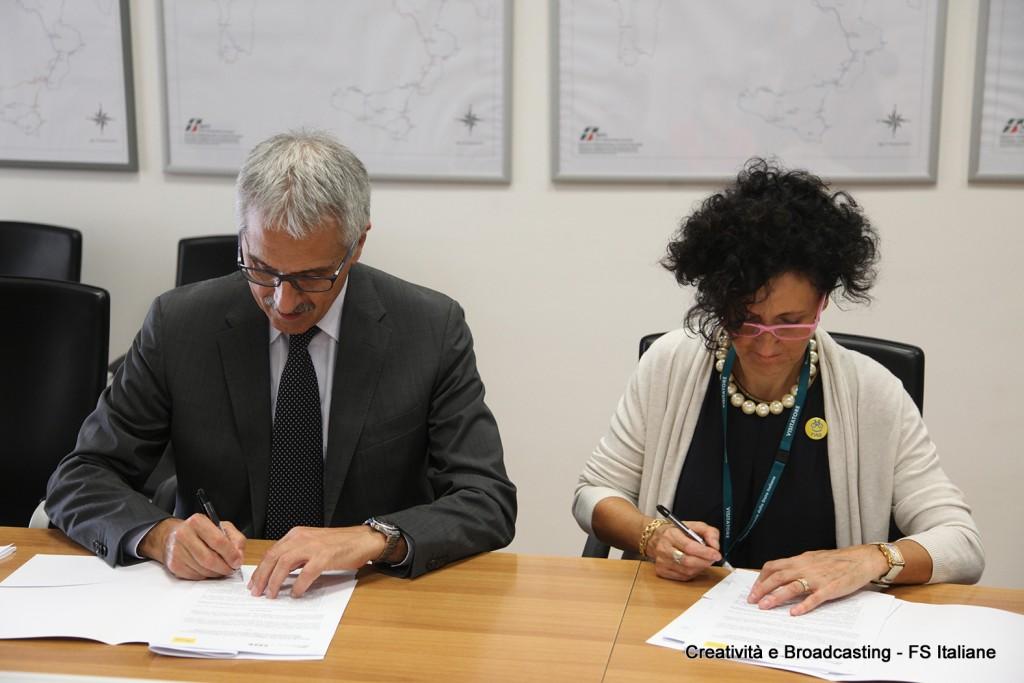 Giulietta Pagliaccio, Presidente FIAB, e Maurizio Gentile, AD RFIsiglano il protocollo FIAB/RFI - Foto Gruppo FS Italiane