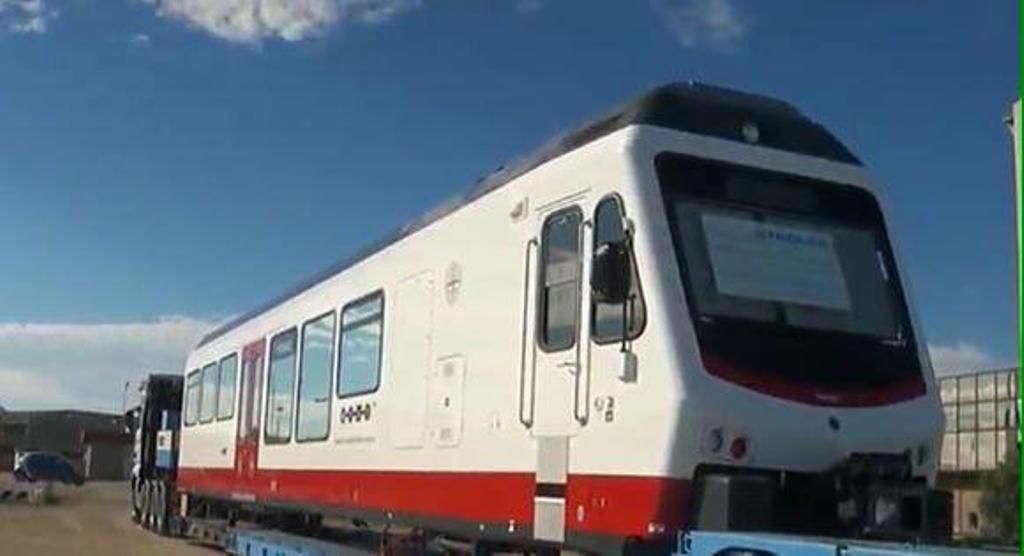 """Il treno """"Alguer"""" realizzato dalla svizzera Stadler per Arst appena giunto in Sardegna - Foto Arst"""