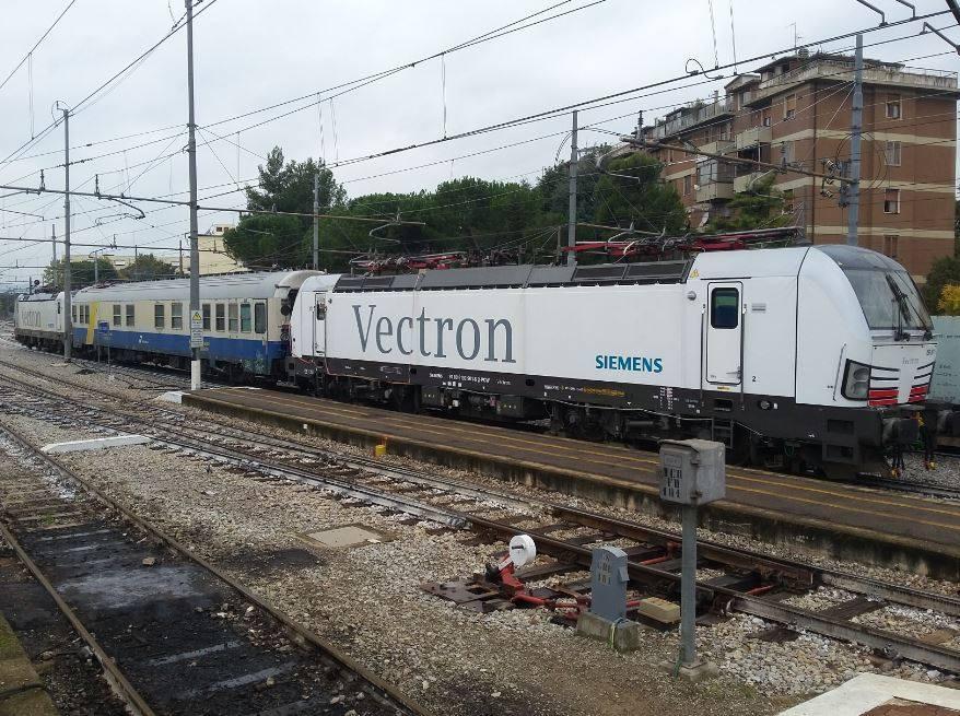 La Siemens Vectron E193 in sosta ad Arezzo Pescaiola - Foto Andrea Moscati