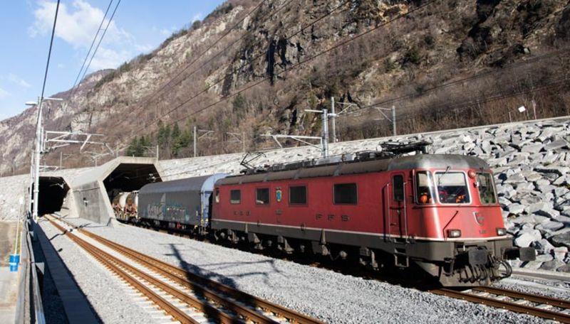 Treno di FFS Cargo durante le fai di test nella galleria di base del San Gottardo - Foto AlpTransit